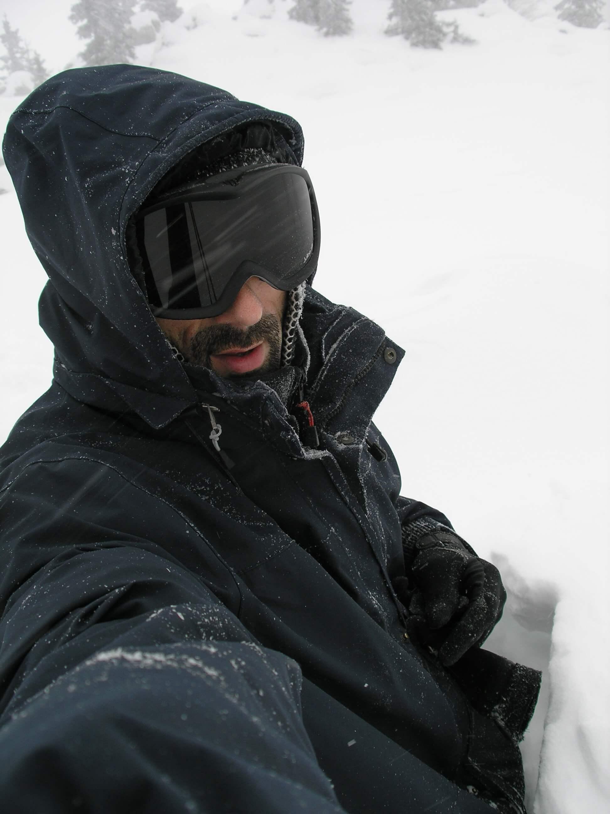 freelance fotograf Ivan Vukušić na snijegu preko jaja